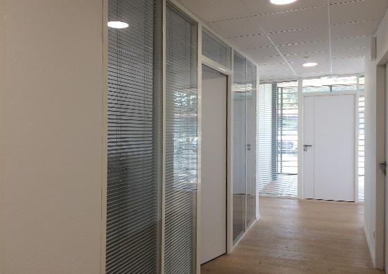 couvre-joints-cloison-vitree-vue-couloir